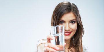 kobieta ze szklanką wody