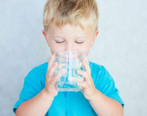 Jak zachęcić dziecko do picia wody